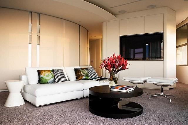 Белый диван в помещении в стиле модерн