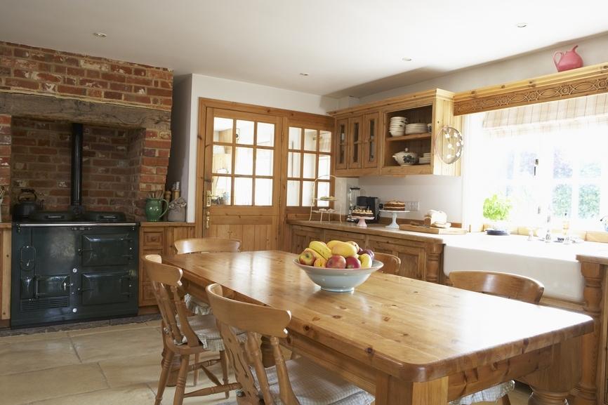 Фото дизайна столовой и кухни на даче