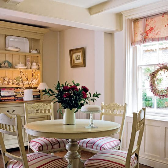 Описание: Интерьер в стиле прованс можно отличить по выбеленному цвету.