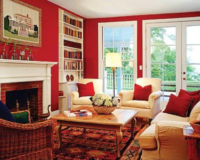 Сочетание красного, белого и кремового в интерьере гостиной.