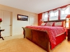 Красная стена в бежевой спальне
