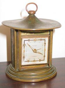 старинные часы можно поставить в классической гостиной или в кабинете