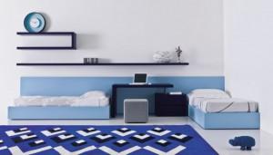 Кровати под углом, но между ними - предмет мебели. С сайта interiorarcade.com