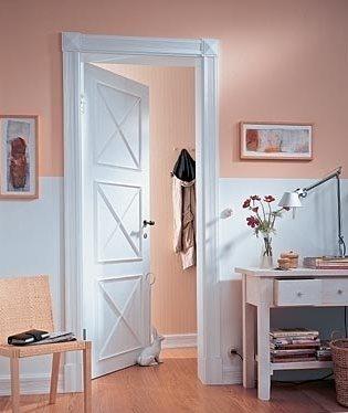 Дверь, декорированная молдингами