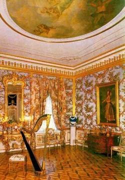 Большой Петергофский дворец, Куропаточная гостиная. Стены обиты дорогой тканью.