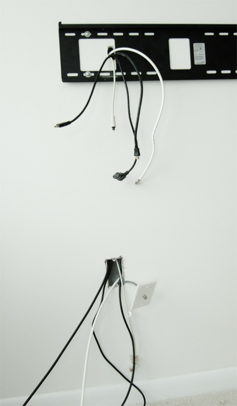 Телевизор на стене: кабели и провода
