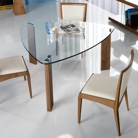 Стеклянный обеденный стол необычной формы