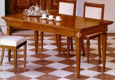 Деревянный обеденный стол с царгой
