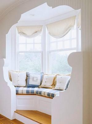 лежанка под окном