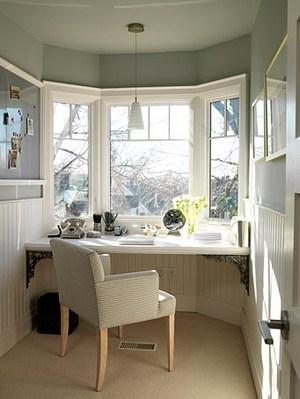 стол у окна в эркере