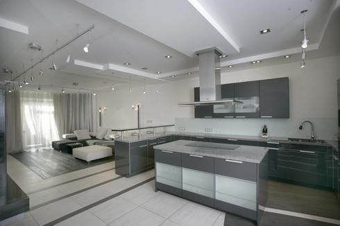 барная стойка в кухне, совмещенной с гостиной