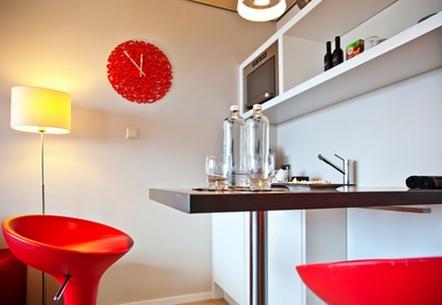 часы в кухне в современном стиле