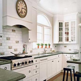 настенные часы в классической традиционной кухне