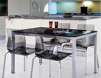 стеклянный стол в кухне