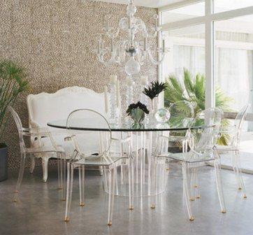 стеклянный стол и прозрачные стулья