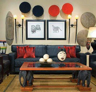 черный диван в интерьере в этническом стиле