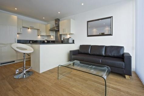 черный диван в интерьере кухни