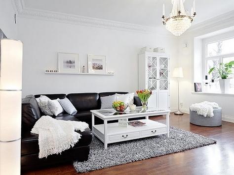 черный диван в интерьере в скандинавском стиле