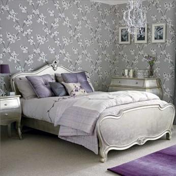 спальня с серыми обоями