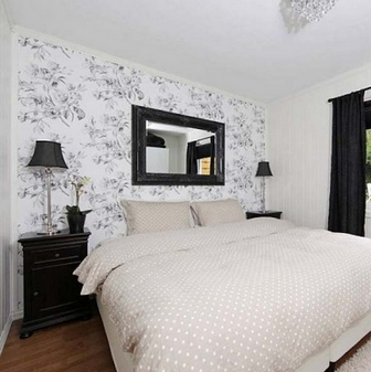бело-черные обои в спальне