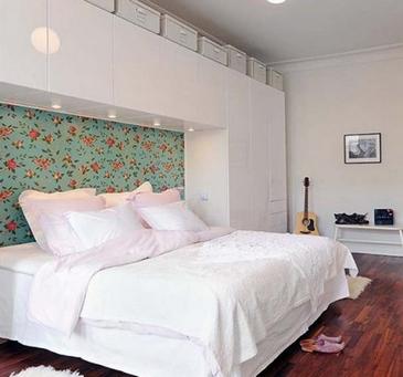 цветоные обои в спальне
