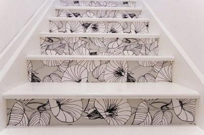 нейтральные обои на лестнице