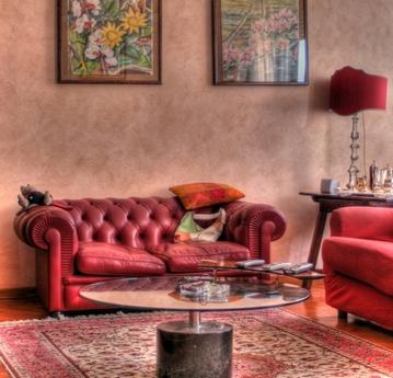 диван красного цвета в интерьере