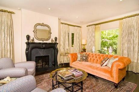 диван оранжевого цвета