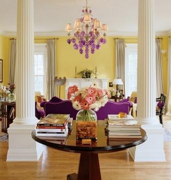 фиолетовый диван в желтой комнате