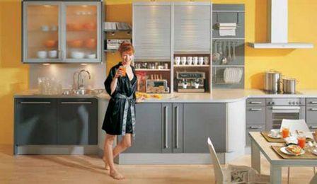 серо-желтый интерьер кухни