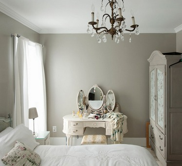 туалетный столик с зеркалом в спальне в стиле винтаж