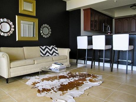 черная стена в интерьере гостиной