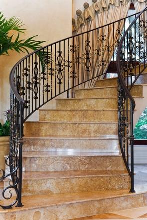 межэтажная лестница с кованой балюстрадой