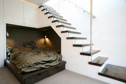черно-белая лестница на второй этаж