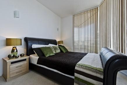 кожаная кровать в минималистской спальне