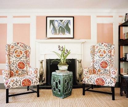 белые и персиковые стены в комнате