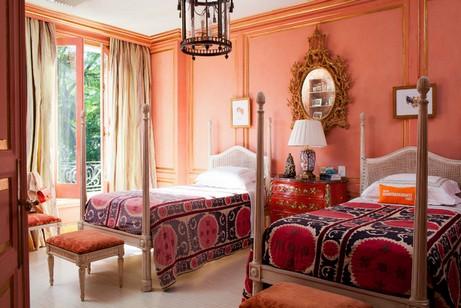 персиковые стены в спальне с этническими мотивами
