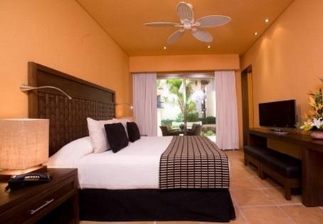 яркие персиковые стены в спальне