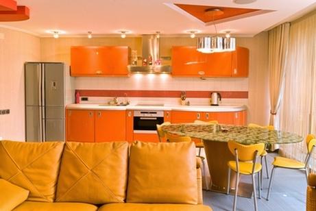 монохромный интерьер студии с включением персикового оттенка