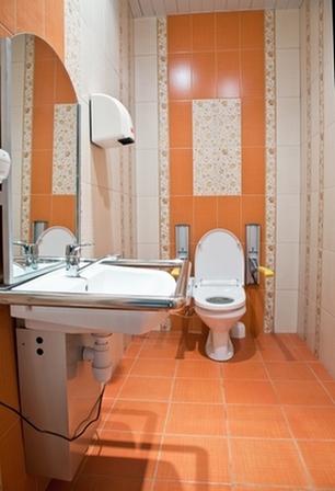 оранжево-персиковая плитка в туалете