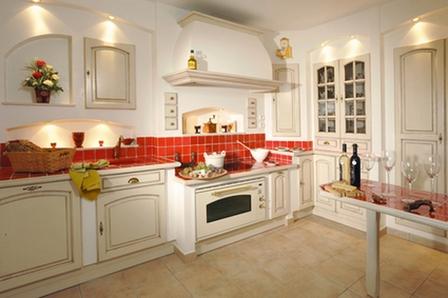 бежевая кухня, красный фартук