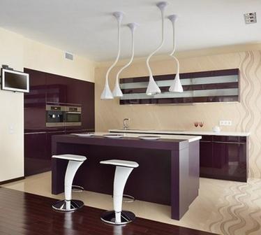 бежевые стены и фиолетовая кухня