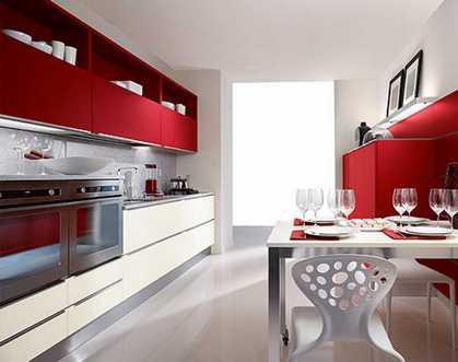 красные и кремовые шкафы на кухне