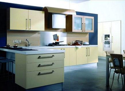 бежевая кухня и синие стены