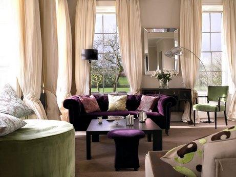 зеленая и фиолетовая мебель в бежевом интерьере