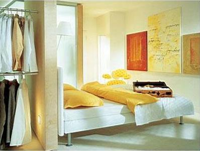 мини гардеробная в спальне за кроватью