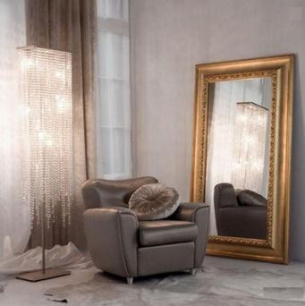 торшер, кресло и зеркало