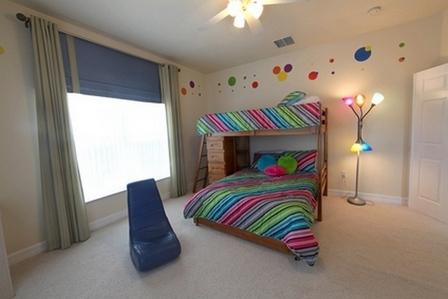 разноцветные кружочки на стене