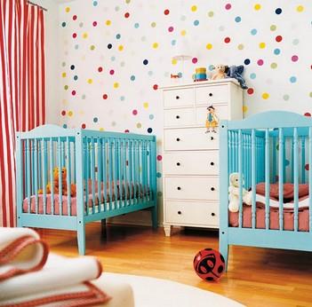 стена в горошек в детской