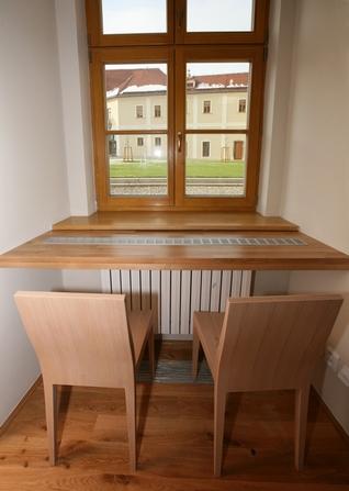 домашний кабинет возле окна